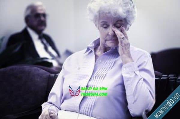 Người già nên thường xuyên khám mắt định kỳ